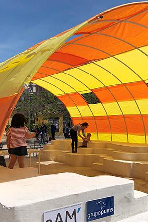 Alumnos de la eAM instalan la carpa para la Feria del Libro de Málaga
