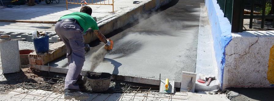 Ejecución de nuevo acerado sobre canal de hormigón armado en Málaga
